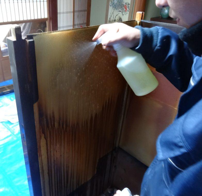 """【仏壇修理】【仏壇修復】【仏壇修理】【仏壇再生】【仏壇掃除】修理金属製仏具磨き 本場の職人が磨きますので、とてもピカピカになり大変喜ばれます。よくあるご依頼は、真鍮製具足・輪灯・おりんなどなどの磨き上げです。金メッキ・色付けを施してあったが汚れてしまったものも 再度金メッキ・色付け直しできます。ご先祖様が残された仏具を再度磨き上げ、代々引き継いでいきましょう。※深い傷、鋳物特有の小さな穴は直りません。 ※磨き直し、色上げ、金メッキ処理の場合も緑青再発生の可能性があります。 漆のつやだし 法要前にお仏壇の艶出しお掃除をします。 2年から3年間隔で""""艶出し""""をお勧めします。 """"輝き""""という漆磨き剤を使いお仏壇の漆部分(黒い塗部分)を手作業で磨き上げます。引き出し・表扉・お仏壇の中の段部分を分解せずに現地でできる範囲で磨き掃除を行います。 1時間単位の作業料金になります。 金箔の補修 間違えて金箔を雑巾で拭いてしまった。ちょっと金箔が剥げてきた…。という場合に現地で金箔を押します。 部分修理なので金箔の色は合いませんが、簡単な修理でOKという場合に向いています。 金箔一枚からでも押します。 キズ補修 金物仏具を不意に「ゴツン」と落としてお仏壇にキズを付けてしまった。そういう時のキズを目立ちにくくします。大掛かりことまではちょっと…という場合に向いています。 扉の建付調整 お仏壇は木製ですので時間が経つにつれて扉は自重で下がったりします。また木は生き物ですので扉がねじれることもあります。期間は1ヶ月程。 障子の張り替え ネズミに障子をかじられた。長年使っていると障子に穴が開いてしまった。障子が折れてしまっているという場合に簡単な部分修理の「障子張替え」はいかがですか? 1枚からでも障子の桟の交換、障子の張り直しいたします。仏壇修理の費用は、使用する外壁材・塗装材や施工方法など、ご希望される仏壇修理の内容、及び現状の設備状況などの諸条件によって変わります。仏壇修理のポイント仏壇も、経年劣化などにより、不具合が起こります。例えば、仏壇の彫刻が欠けていたり、金具が傷んでいたり、障子の桟が折れていたり、扉が閉まらなかったり、金箔がうす黒くすすけていたり、漆がはげていたりなどで、こうなるとどうしても気になってしまうものです。このような仏壇の症状はすべて修復することができます。また、仏壇を置いてから40年以上経っているのなら、修復どきといえるでしょう。そんなときには、仏壇の全体修理がお勧めです。修理の工程の一例を挙げると、まず仏壇を細部まで分解して金箔や金具、塗りなどを剥がした後、下地から造っていきます。部品がなくなっている箇所があれば、補強して、作り直すことになります。最終的には下塗り、中塗り、上塗り、仕上げ塗りと塗りを重ねた後、蒔絵の復元、金箔を押すなどを施し、組み立て飾り金具を装着します。複数の業者さんに相談して見積もりをとり、よく比較検討するようにしましょう。後世に残したい、大切なもの 愛着ある大切なお仏壇・仏具 あなたは大切な子供や孫に何を残せますか? 一番大切なのは、感謝の心を伝えていくことではないかと、私たちは考えます。ご先祖様に感謝し供養するために、欠かせないものがお仏壇です。何十年とお参りしてきたお仏壇には、それぞれの家族の思いが込められております。お仏壇は、家族の歴史を物語る家の宝です。私どもにとりましてお仏壇修復の仕事は、感謝供養という日本人の豊かな心を、次世代まで残すためのお手伝いなのです。熟練の職人の技で蘇らせますお仏壇や仏具の修繕、大変難しい作業です。状態を確認し、どのような工程が必要か、素材は何か。そしてそれらを元の状態に近づくよう加工し、仕上げる為には長年培われてきた高度な技術と、的確な判断力が必要となります。"""