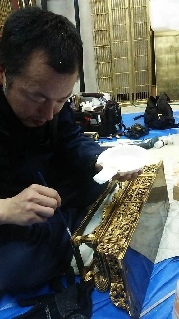 お仏壇の出張修理・クリーニング 毎日お参りをする仏壇を預けるのは心配。  そんなお客様の声にもやすらぎ工房はお応えいたします。  お客様のご自宅に職人が出向いてお仏壇の修理・クリーニングをおこないます。  ご先祖様を祀る大切なお仏壇だからこそ、お客様のご要望に合わせた修理方法をご提案いたします。  (お仏壇の状態・修復方法によっては出張修理が承れない場合がございます。)  お客様のご自宅での修理・クリーニングにも対応しております お仏壇の簡易クリーニング 簡易クリーニング お仏壇に丁寧に磨きをかけ、今ある状態を活かしてお仏壇を綺麗にしていきます。少ない費用と日数で本来の綺麗な姿に近づけます。 出張クリーニング洗浄 出張クリーニング洗浄 洗浄剤を使用して煤や埃を落とし、丁寧に磨きをかけていきます。傷んでいる部分がありましたら、部分補修を行うことも可能です。  出張分解修理 出張分解修理 お客様の大切なお仏壇を分解して修理する大規模な作業となります。丁寧に一つ一つの部品を再生修理してきます。 お客様のお仏壇の状態に最適な修復方法をご提案いたします。 仏壇クリーニング 仏壇クリーニング・洗浄 毎日のお参りでお仏壇についた蝋燭やお線香のススを特殊洗剤で洗い流します。  仏壇クリーニング  仏壇の修理 金仏壇の修理・お洗濯 金箔の張替えや、漆の塗り直しなどで、お仏壇本来の輝きを取り戻します。  金仏壇の修理  唐木仏壇の修理 唐木仏壇の修理 唐木の艶を蘇らせ、傷や痛みを修復して、本来の重厚な姿を再生したします。 唐木仏壇の修理