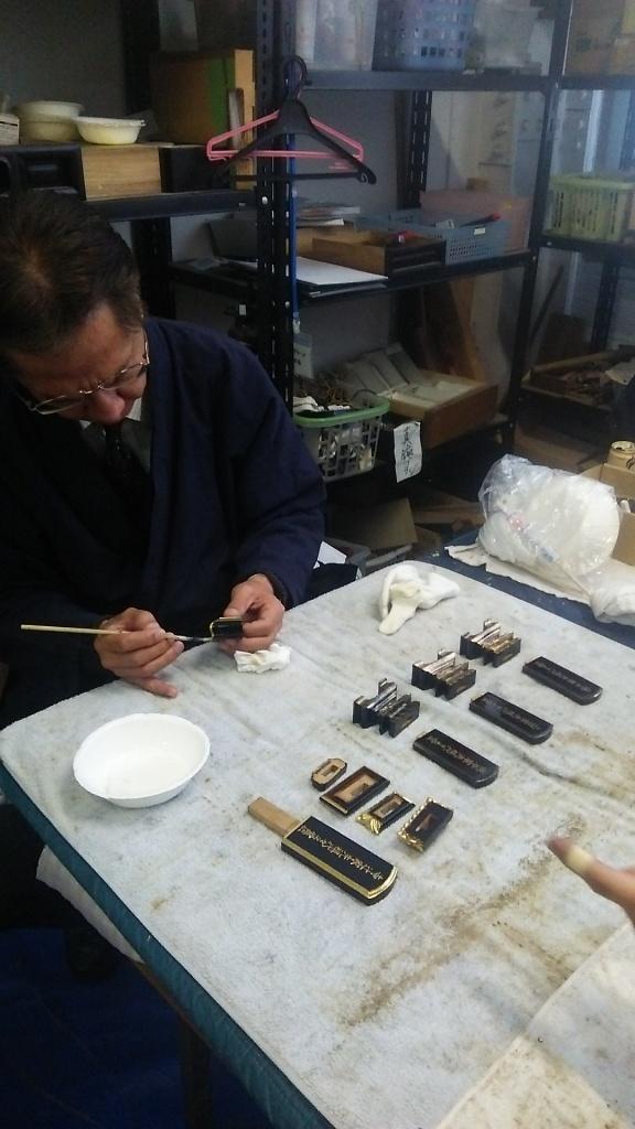 お仏壇の修理・お洗濯 金箔の張替えや、漆の塗り直しなどで、お仏壇本来の姿を取り戻します。 お仏壇の洗浄クリーニングでは修復することのできない、金箔の剥がれや金具の破損、漆塗り部分の割れなどを修理します。 昔の職人の技術を活かしながら、現代の職人の匠の技でお仏壇を生き返らせます。  伝統の職人技を現代の仏壇修理職人が受け継ぎます。 お仏壇の分解の様子 お仏壇の分解 仏壇修理の専門職人がお仏壇を細かく部品単位まで分解し、金箔・金具・漆やカシュー塗りをすべて剥がして下地から修理していきます。 お仏壇の金箔修理 金箔はふとした事で簡単に剥がれて真っ黒な下地が見えるようになってしまいます。剥がれた金箔は新たに貼って修復するしかありません。お仏壇の部品ごとに分解し、1つずつ心をこめて金箔の貼り直しを行います。 漆の塗替え 下塗りから中塗り、上塗りと続き最後に仕上げ塗りというように、何度も手間をかけて塗り替えていきます。本漆での塗替えはもちろん、カシューでの塗替えも丹精込めて行なっていきます。 彫り物・蒔絵の修復 彫り物や、蒔絵も、仏壇修理の専門職人が受け継いだ技で再生させていきます。 金具の修理 昔の仏壇は職人の手打ち金具がほとんどです。古くなって変色・変形した金具を再生いたします。再生できない場合は必要に応じて新品に取り替えます。 戸障子の修理 壊れやすい本物の障子同様に細かい組子の技術で作られたお仏壇の扉も、一つ一つ修復していきます。  仏壇修理の事例紹介 お仏壇修理の事例紹介その1 修理前の仏壇修理後の仏壇 サイズ 50代(幅72cm 高さ150cm) ・ 特殊洗浄液によるお仏壇クリーニング ・ 漆塗り修復 ・ 金具メッキ洗浄 ・ 内扉障子修復 ・ 外扉の金箔を貼替え(一部)  作業日数:約3週間(やすらぎ工房にてお預かり) 修理・クリーニングの費用:¥280,000 お仏壇修理の事例紹介その2 修理前の仏壇修理後の仏壇 サイズ 100代 (幅85cm 高さ172cm 奥行き62cm) ・ 特殊洗浄液によるお仏壇クリーニング ・ 漆塗り修復 ・ 金具メッキ修理 ・ 内扉障子修復 ・ 外扉の金箔を貼替え  作業日数:約5週間(やすらぎ工房にてお預かり) 修理・クリーニングの費用:¥350,000 仏壇修理・お洗濯の電話・メールでのお問い合わせ。