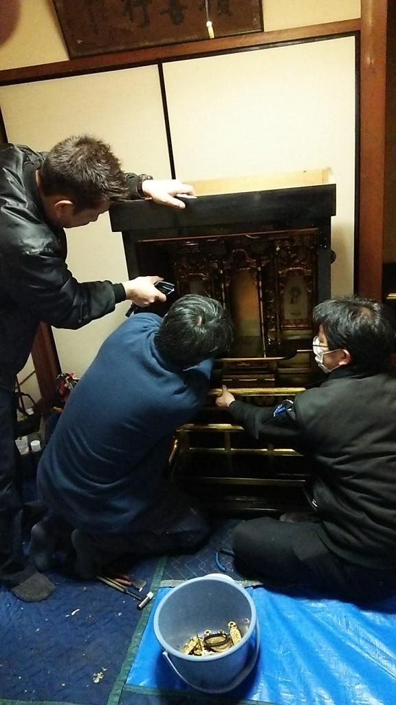 お仏壇の修理・クリーニングの料金・目安・相場 お仏壇修理の費用は、お客様のお仏壇の大きさ・状態によって一つ一つ異なります。 お仏壇修理の料金は、お客様のお仏壇の大きさ・状態によって一つ一つ異なります。 また、お客様から見えない作業工程がたくさん。ですから納得いくまでご質問下さい。 正確なお見積もりはお話を伺った上でご提示させて頂きますが、その前にお値段の目安をご紹介させていただきます。  仏壇修理・クリーニングの料金の目安 お仏壇クリーニング 金箔の張替えや、漆の塗り直しなどで、お仏壇本来の輝きを取り戻します。 クリーニングの料金  お仏壇の修理・修復 金箔の張替えや、漆の塗り直しなどで、お仏壇本来の輝きを取り戻します。 仏壇の修理・お洗濯  唐木仏壇の修理 金箔の張替えや、漆の塗り直しなどで、お仏壇本来の輝きを取り戻します。 唐木仏壇の修理  仏壇修理の事例紹介 お仏壇の洗浄・クリーニングの料金  ・本体泡洗浄 ・内扉障子の貼り替え ・金具洗浄 ・漆みがき など お仏壇を従来工法の半分程度の価格でクリーニングいたします。  20代まで (幅:約60cm程度)  30代まで (幅:約65cm程度)  50代まで (幅:約75cm程度)  70代まで (幅:約80cm程度)  280,000円〜  (税込)  358,000円〜  (税込)  408,000円〜  (税込)  458,000円〜  (税込)  100代まで (幅:約85cm程度)  150代まで (幅:約95cm程度)  200代まで (幅:約105cm程度)  200代以上 (幅:約120cm程度)  528,000円〜  (税込)  578,000円〜  (税込)  700,000円〜  (税込)  828,000円〜  (税込)  お仏壇の修理・お洗濯の料金  ・本体泡洗浄 ・内扉障子の貼り替え ・金具メッキ修復 ・漆再塗装 ・欄間の修理 ・金箔部分貼り など お仏壇を新品同様にお洗濯いたします。 ※金箔張替えの場合、金箔の種類・相場によってお値段が上下する場合がございます。  20代まで (幅:約60cm程度)  30代まで (幅:約65cm程度)  50代まで (幅:約75cm程度)  70代まで (幅:約80cm程度)  300,000円〜  (税込)  350,000円〜  (税込)  500,000円〜  (税込)  600,000円〜  (税込)  100代まで (幅:約85cm程度)  150代まで (幅:約100cm程度)  200代まで (幅:約105cm程度)  200代以上 (幅:約120cm程度)  700,000円〜  (税込)  800,000円〜  (税込)  1000,000円〜  (税込)  1200,000円〜  (税込)  唐木仏壇の修理・クリーニングの料金  ・分解 ・唐木補修・キズ修復 ・汚れ落とし ・金具再生 ・金紙張替え ・専用塗装(鏡面塗装) ・専用塗装(オープン塗装) など  幅約45cmまで 幅約55cmまで 幅約60cmまで 幅約65cmまで 98,000円〜  (税込)  128,000円〜  (税込)  139,000円〜  (税込)  150,000円〜  (税込)  幅約70cmまで 幅約80cmまで 幅約90cmまで 幅約100cm以上 168,000円〜  (税込)  249,000円〜  (税込)  258,000円〜  (税込)  358,000円〜  (税込)  まずはご相談ください。 ご予算の中での修理・クリーニングも承っております。 お客様のご予算の中でのクリーニング・修理のご提案が可能です。  それほど痛みのない部分は洗浄クリーニングで、ポイントを絞って金箔などを張り替える再生修理を組み合わせて、ご予算の中での最適な方法をご提案させていただくことも可能です。  ぜひお気軽にご相談ください。  お見積もりは無料です。 以上、料金の目安をご提示させて頂きましたが、お客様のお仏壇の状態によって、お値段にバラツキがあるのが現状です。まずは客様の大切なお仏壇をご確認させていただき、最適な修理・クリーニングの方法をご提案させていただきます。  仏壇修理・お洗濯の電話・メールでのお問い合わせ。
