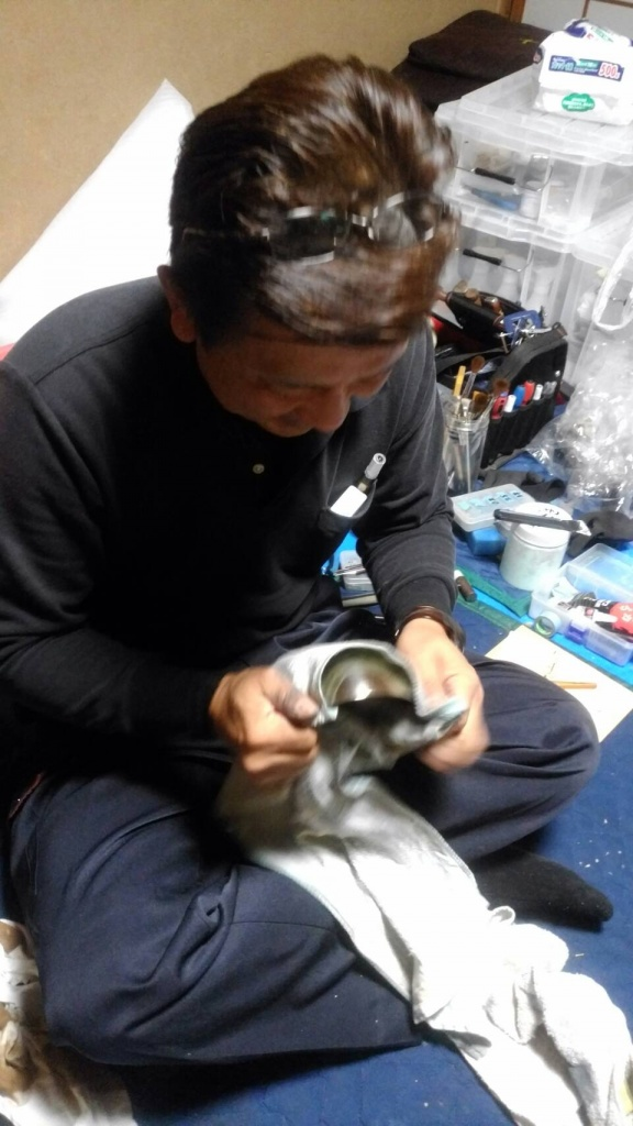 大阪府で仏壇修理なら、長年のほこりやろうそくの煤・線香のやになどが溜まることで全体的にお仏壇の色がくすんでいきます。お客様自身で洗剤や水で綺麗にしようとすると、変色や変形が起こることがあるため、専門技術が必要となります。お仏像はおうちの宗派の本尊、すなわち信仰の対象そのものです。お仏壇と同じく代々継承していくものです。ただ、お仏壇と違い、修復の仕方は様々あり古さを活かす古色修復や往年のお姿に戻す新調修復などがあります。お仏壇同様、傷み具合やお仏像そのものの品質構造にもより修復内容(修復方針)は変わってきます。そのお仏像にとって、又、そのお家にとって最適な修復を御提案致します。   新調修復 現状の漆箔層を全て剥し取り、各矧目を全て解体し木地修復を行う。新たに漆箔及び彩色を施し、開眼する。 御仏像が製作された当時のお姿に戻す修復です。古色修復 欠損・欠落箇所を同材で補強し、漆箔を施した後、古色彩色により、永年、礼拝されてきた御仏像の古美を尊重した修復です。仏壇修復・洗いサービス料金 価格はあくまで目安です。痛みの程度により金額の上限があります。 詳しくは無料相談にて現物の写真をお送りください。 お仏壇 総修復・洗い   傷みの状態により金額は上下します。彫物の欠損や障子の組子が無い等で有れば+10万程。逆に傷みが余り無く全体的に修復する必要が無ければ-10万程です。大阪金仏壇 聖徳太子によって大阪に四天王寺が建立されたときに百済から技術者が多く呼ばれました。 これがきっかけになって大阪に仏師、仏具師、彫刻師、塗師、木地師、指物師等による産地が形成されたと考えられています。 1600年ごろ北御堂、南御堂の落慶により、その界隈に仏壇仏具師が多く暮らしました。 大阪仏壇は、西本願寺派、東本願寺派、八宗のそれぞれに応じた仏壇が作られています。 技法としては漆を盛り上げて錺金具を打ったように見せる「高蒔絵」という技法を使っています。  大阪唐木仏壇 大阪唐木仏壇は大阪府が指定する伝統工芸品です。唐木仏壇で有名で、その歴史も100年以上です。  大阪府の仏壇修理。