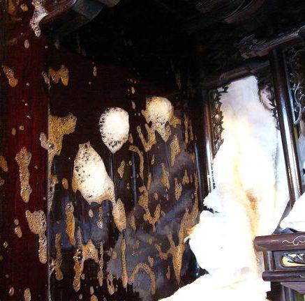 """【仏壇洗浄】【仏壇修復】 お仏壇も長い間使っていると、傷や汚れ、金箔や漆の剥がれなどが見られ、艶や輝きが失われることもあります。伝統的なお仏壇は、各部材を取り外して補修できるようにできています。 お買い替えをご検討なさる前に、洗浄・補修をご検討されるのはいかがでしょうか。【洗浄・修理前のお仏壇】長年の使用で、汚れや金箔部分の剥がれが目立ちます。【洗浄・修理後のお仏壇】解体し部品の交換や金箔の貼りなおしを経てまるで新品のような仕上がりです。仏壇洗浄・仏壇修復についてお見積りまずは実際のお仏壇を拝見して、仏壇洗浄・仏壇修理にかかる費用をお見積りします。お引き取りお客さまのお宅まで専門の配送業者がお引き取りにまいります。お仏壇の解体  各部材を解体します。部品の仏壇洗浄専用の溶液や水をつかって隅々まで洗浄します。漆、金箔の貼り直し  漆を塗り金箔をはり直します。金具の修理・交換  破損している金具などがあれば修理や交換をします。組み立てきれいになった各部材を組みたてなおします。お届けもとの場所までお届し設置いたします。 2~4ヶ月ほどかかります。まずはお見積もりについてご相談ください お仏壇の種類や、汚れ、欠損などの有無により、費用と作業時間が変わります。まずは、やすらぎ工房へご相談ください。お見積りをさせていただきます。(無料)もう70年以上経つ金仏壇なので、他店では買い替えを勧められていました。やすらぎ工房の仏壇修復師の方に観てもらったところ「十分、修復可能です」と意外な返事。とても愛着のある金仏壇だったのでお願いすることに。見違えるようにキレイに甦ったときは嬉しかったですね。金仏壇だけでなく、家の中まで明るくなりました。古いお仏壇を新品同様に修復します。各分野の職人が痛んだ部分を木地から交換して長く使って頂けるお仏壇に生まれ変わらせます。お見積り無料! 息子たちが頑張って家を新築してくれたので、私たちは金仏壇の修復を行うことに決めました。新しい仏間にふさわしく金仏壇が新品同様によみがえり、とても満足しています。我が家は4世代家族。これからも大事にしていきたいです。修復して新品同様。これからも大事にしていきます。以前、やすらぎ工房の工場には見学に行ったことがあり、木地の悪いところを全て取り替えてくれる丁寧なお洗濯を実践している店だというところは知っていました。現在我が家の金仏壇もまさに""""新品同様""""となり、見違える姿形に家族一同喜んでおります。仏壇によって 個別にお見積り 仏壇のによって大きさ、 傷み具合は異なるため、 個別にお見積りとなります。仏壇クリーニングでも仏壇お洗濯でもない、総修復。木地から修復する総修復は、クリーニング洗濯と比べると数倍の長持ち! 部分修復と比べると、出来上がりの満足度が全く違います。"""