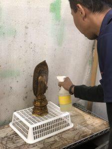 小さな仏像から、寺院用の大きな仏像まで、 どんな大きさの仏像も対応しています。 天井まで届く様な大きな光背の欠損部分も修復しました。 昔の仏像はほとんどが桧製です。 大型光背がいつの間にか無いまま祀られていたらしく、 桧の寄木造りで大光背を造った結果、ご寺院様も よみがえられました。 大型仏像は木地師が木地を組み立て仏師が 彫刻していきます。