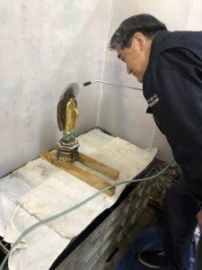 床の間に飾ってあり、代々伝わるものです。 仏像の両手と両足が折れ、仏像の背面と厨子が接着剤で固定されているので 特殊な溶液で剥がし、修復に入りました。   厨子の扉の蝶番金具や正面の金具は、現在の新しいデザインの金具を 取付させていただきました。 厨子の内部は当時と同じように、本金箔で仕上げました。 仏像本体も漆塗り工程を経て、本金箔で仕上げ、 厨子に設置するとまばゆいほどの輝きで美しく仕上がりました。