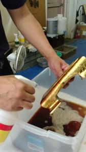 位牌の手入れ 位牌は仏壇の中に安置してあっても、ほこりや線香の油煙でどうしても汚れてきます。 手入れの方法としては、まず毛バタキでほこりを払い落とします。新しいうちはこれだけで十分です。このとき金箔や金粉の部分は手で触れないように注意します。 札板の脂汚れを取り除くときは、やわらかい布で汚れを拭き取ります。かたい布で拭くと、札板に細かい傷がつく可能性があるので気をつけましょう。 最近は、超極細繊維を使用した仏具専用の掃除用布「優クロス」が仏壇店で販売されています。 この「優クロス」を使用すれば、位牌に傷をつけることなく汚れを取り除くことができます。 汚れが落ちにくい場合も、「優クロス」の一部に水を含ませ固く絞って拭き取ると、簡単に汚れが落ちます。 金箔や金粉の部分は布で拭くと取れてしまいますので、絶対に拭かないよう注意しなくてはいけません。