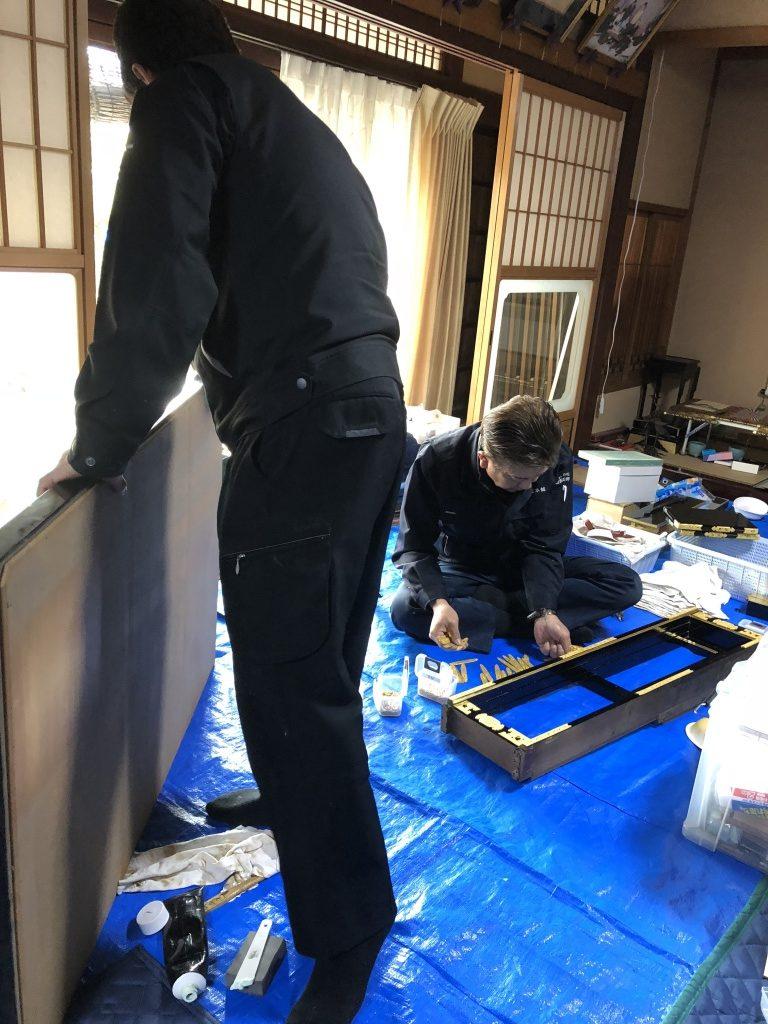 伝統工法+先進技術!従来工法は、全ての漆や金箔をやり直す大がかりな施工ですが、やすらぎ工房では、生きている漆や金箔は再生しダメになっている部分を修復するという伝統工法の良さと最新の科学的な洗浄技術を組み合わせた独自の「仏壇分解クリーニング工法」で部品ごとに無駄なく最適な修復を行うことで、全体としてリーズナブルかつ、短納期でお仏壇を綺麗にする事を実現しました。