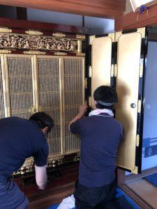 50年以上受け継いできた職人の技で、皆様の大切なお仏壇・神仏具を丁寧に修理・洗浄致します。 やすらぎ工房が手掛けた修理・洗浄・製作の事例を一部ご紹介いたします。お仏壇の修理・洗浄、木製品の製作などをお考えのお客様はぜひご参考にご覧ください。  金仏壇の施工事例 神仏具、神社、寺院の施工事例 木製品の施工事例 金仏壇の施工事例 ご要望があれば、仏間の高さとお仏壇の大きさが合っていない場合、お仏壇の台の下にもう一段台を合わせて作ることも可能です。ご用命の際は、ご相談下さい。修理はできるの?金額はいくらくらい? お仏壇の修理・修復でご不明な点がございましたら、 まずはお気軽にお電話ください。 お見積りは無料で行っております。お仏壇を細部にわたり診断し、 適切なアドバイスをいたします ※仕上げ・いたみ・具合によって価格の差があります。業界随一の工場設備と熟練したスタッフによって、木地直しから組み立てまで一貫した修理・修復を行い、新しいお仏壇と同品質に完成させます。耐久年数についても同様の保証をさせていただいております。購入後、約40年になるお仏壇です。 今回、法要をするにあたり始めて修復となりました。 施工内容としては、金箔の押し直し、再塗り替え、金具メッキ他 施主様には、新品になったと喜んでもらえました。購入後、約30年になるお仏壇です。 今回、法要をするにあたり始めて綺麗にしました。 施工内容としては、金箔のクリーニング、漆部分磨き・艶付け、障子張替え、細かな補修となります。 施主様には大変喜んでもらえました。このお仏壇は約70年前にご購入されました。 毎日、お線香を焚かれるため、金箔や漆がくすんだ状態でした。 一度は、塗り替えを検討されましたが、なかなかタイミングがなく、気になったままでした。 そして、弊社とたまたまご縁がありまして、相談を頂きました。 今回の施工は、傷んだ部分だけを塗り替え、後は洗浄や部分的に手を加えることで、ご希望に沿った予算で美しいい仕上がりになりました。大きくはないのですが、三方開きのお仏壇です。 購入してから40年余り経ちますが、この度法事を迎えるということで、修理依頼を頂きました。 部分的に木地が傷んでいましたので、工場にて施工をさせて頂きました。 約2週間お預かりいたしました。30年前にご購入、初めてのクリーニング。 施主様のお話によると、約30年前にご購入されたそうです。 毎日、できる範囲でお手入れをしていました。 全体的に傷みが少なかったので、クリーニングメインで施工させて頂きました。 扉は金箔が剥がれていたので、現場にて貼替を行いました。 施工期間は、約2日半でした。 毎日、お昼ご飯、おやつを出してくれました。 帰りがけに「仏壇がきれいになってうれしいけど、明日からあなたたちが来ないと思うと、少し寂しいわ」と言われました。30年前に購入されたお仏壇 こちらのお仏壇の施工前の写真を見ると、扉や壁が黒くなっています。 これは、汚れというよりも、金箔の素材そのものの劣化です。 こういった場合は、金箔に混ぜ物が入っているため、その金属が参加して黒く変色します。 サビみたいなものです。 これはクリーニングしてもきれいになりませんので、金箔を新しく貼るしかありません。 金箔を貼り替えた部分は、外扉、内壁、欄間などです。 他の漆部分は、磨きで充分きれいになりました。障子を貼替ると見栄えが違います。幅120㎝の大型仏壇です。 施主様は、代々あるものだから、何年前に買ったのわからないとのことでした。 調べていくと、80年以上は経過しているようでした。木地の傷み、ゆるみがありましたので、工場にて本格修復を行いました。素材は唐木仏壇ですが、金箔装飾が施している珍しいお仏壇です。 こちらの施工は、ご自宅へ出張しての作業になりました。 唐木部分は磨きをかけて、艶を付けました。 金箔部分は、一部が剥がれていたので、洗浄後部分補修を行いました。 施工期間は約2日間でした。このお仏壇は約20年前に購入されました。 ご覧の通り、金具が多いお仏壇です。 傷みが殆どなかったので、クリーニングで充分きれいになりました。 金具を全部取り外し、釘を新しく差し替え、金箔を洗浄して、漆を磨くと見違えるようになりました。このお仏壇は珍しい「厨子型仏壇」です。 寺院にあるような大型の厨子を仏壇のようになっています。 こちらの施工は、一部を洗浄、一部を補修をしました。 扉には模様が浮き出るように下地に細工がされており、綺麗になると美しく輝きだしました。