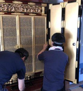 【仏壇修理】ほとんどのお仏壇はお線香やローソクの油煙やホコリで表面が汚れていて、木地まで傷んでいるのはごくまれなので、お仏壇の状態を見極め細部まで分解しながらも【必要な作業だけを行う】それがお仏壇の再生・仏壇クリーニングです。組み上げられたお仏壇の元々の良い素材を最大限に生かし本当に必要な作業だけを見極めて洗浄・修復を致します。表面の汚れを洗浄し磨きをかけて艶出しをすればお仏壇は  蘇ります。勿論、必要とあれば金箔を貼りなおしたり、漆の修復も行います。昔ながらの【お洗濯】では全てを分解し、全てを修復しなおす事でお仏壇に負担がとてもかかってしまい寿命を短くしてしまうことも・・・。そしてもちろんの事、お値段も非常にかかってしまいます。 価格は比較的安価で抑えることが出来ますが、見えない箇所の不具合や汚れ等は残ってしまうので、やはり寿命が短くなってしまうこともあります。仏壇修復師として皆様の大切なお仏壇を、お預かりするにあたり心を込めて作業させていただいております。 仏壇(ぶつだん)とは、仏教において仏を祀る壇全般を指す。寺院の仏堂において仏像を安置する壇(須弥壇)も含まれる。一般家屋の中に常設された、仏教の礼拝施設である。仏教寺院において本尊を祀る須弥壇(内陣)を小型化したもの。日本では、先祖供養に多く使われる。寺院本堂の祭壇と区別し、寺院の庫裡・客殿などに置ける小型の祭壇や、一般家庭の仏壇を指して「御内仏(おないぶつ)」という呼称もある。家庭内の仏壇について、チベット仏教では屋内の壁の1面程度を占めるサイズの祭壇上に本尊(身・口・意の三本尊=仏像・仏画, 経典, 仏塔)や供物などを、日本仏教では宗派ごとに指定された様式にて、木製の箱=仏壇の内部に本尊や脇侍の像・掛軸・供物などに加え、先祖供養のための位牌や過去帳、法名軸などを祀る[1]。内部は仏教各宗派の本山寺院の仏堂を模した豪華な作りになっている。大きく分類する場合は、金仏壇・唐木仏壇・家具調仏壇に分けられる(詳しくはそれぞれの項目を参照)。仏壇の起源については「持仏堂(じぶつどう)→仏壇説」と「魂棚(たまだな)→仏壇説」の2説ある。古代インドでは、土を積み上げて「壇」を作り、そこを神聖な場所として「神」を祀っていた。やがて風雨をしのぐために土壇の上に屋根が設けられた。これが寺院の原型である。それを受け継ぎ仏壇の「壇」は土偏である。日本の白鳳14年(西暦685年)3月27日、天武天皇が「諸国の家毎に仏舎(ほとけのおおとの)を作り、乃ち仏像(ほとけのみかた)及び経を置きて以て礼拝供養せよ」との詔を出した。それにちなみ全日本宗教用具協同組合では毎月27日を「仏壇の日」に制定している。ただし、この詔は現在の仏壇の直接の起源ではない。貴族などの上流階級においては、持仏堂を持つものもあった。藤原頼通の平等院鳳凰堂や足利義満の鹿苑寺などがある。また『更級日記』の作者、菅原孝標女が薬師仏を等身に造って屋敷内で祀ったというのも仏壇の源流である。竹田聴洲によると、上記のような持仏堂が縮小・矮小化し屋内に取り込まれることによって、仏間を経て仏壇に変化したとしている。  室町時代、浄土真宗中興の祖である本願寺八世・蓮如が布教の際に「南无阿弥陀仏」と書いた掛軸を信徒に授け、仏壇に祀ることを奨励した。仏壇を作る際に本山を真似たところから、現在の金仏壇の元となる。それゆえ、浄土真宗では仏壇に対しての決まりごとが多い。なお、現在でも浄土真宗において、仏壇の本尊は掛軸であり、菩提寺を通して本山から取り寄せたものとされる。なお、仏壇は仏教国であるタイなどでも見られない。それは寺院が生活の身近にあり、家の中に改めて小さな寺を作る必要がないからであり、供養壇としての流れが加わっているためでもある。モンゴルではゲルの中にチベット仏教の仏壇を設けることがある。お盆に先祖や新仏の霊を迎える祭壇のことを魂棚(盆棚・水棚ともいう)という。形状は地域・時代によって様々であり、四隅に竹や木で四本柱を建て板を渡したものや茶卓を使用する場合もある。民俗学者の柳田國男は、この魂棚が盆のみの設置から常設化されて仏壇になったとしている。現在、仏壇の起源については竹田のいう「持仏堂→仏壇説」の方が有力視されている。普及時期江戸時代、江戸幕府の宗教政策である寺請制度により、何れかの寺院を菩提寺と定めその檀家になることが義務付けられた。その証として各戸ごとに仏壇を設け、朝・夕礼拝し、先祖の命日には僧侶を招き供養するという習慣が確立した。社会が安定し、庶民の暮らしが豊かになってきたことも背景に、庶民にまで浸透した。また日光東照宮などに見るように、元禄期の社寺建築技術の隆盛が各地に影響を与えた。金仏壇産地の多くは、その頃に宮大工が興したと言われてい