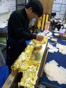 掃除や修理、新しい仏具の販売など幅広く行っておりますので、汚れや老朽化、管理の難しさなど気になる事がございましたら気軽に当社へご連絡ください。検索に移動   金仏壇の一例(真宗大谷派) 金仏壇(きんぶつだん)は仏壇の種類の1つ。白木に漆を塗り、金箔や金粉を施すことからこの名が付く。また「塗仏壇」ともいう。いずれも唐木仏壇に対する名称。  蒔絵、彫刻、錺金具などの日本古来の伝統工芸の技法が集約されており、技巧による豪華さが特徴。伝統的な金仏壇の内部は、各宗派の本山寺院の本堂(内陣)を模している。そのため、宗派により造作が異なる。仏壇や仏像の洗浄やメンテナンスを行う当社の様子をブログに掲載しておりますのでご覧ください。 ブログページでは、当社が行った清掃や修理についての新しい情報をご確認いただけますので、メンテナンスをお考えの方は参考にしていただけます。 当社では先祖代々受け継がれてきた仏像や仏具を大切にする、お客様の気持ちに寄り添いながら丁寧に作業を行っております。 定期的なメンテナンスや修理を行う事で、美しく整った状態を保つ事ができ、気持ちよくご先祖様を供養できますので、長い間使っていない仏具のお手入れをすることをおすすめしております。 山本工作所では、お客様がお困りの事やご要望など幅広くお答えしておりますので、仏具や仏像の掃除や修理をお考えの方は当社へお問い合わせください。特に浄土真宗では、金仏壇が推奨される。  室町時代に、浄土真宗中興の祖である本願寺八世蓮如は、布教の際に阿弥陀如来の名号である「南無阿弥陀仏」を書き本尊として信徒に授け、授かった者は表装し、人々の集まる道場などにその掛軸を安置し、礼拝することを奨励した。その後、江戸時代初期以降、各地の道場の多くは本山から寺号を授与されて寺院化し、木像の本尊(阿弥陀如来立像)を安置していくが、一方で個別の信徒の家庭において、阿弥陀如来の名号あるいは絵像を本尊として授与される例が徐々に増加し、これを安置する仏壇(浄土真宗では、他宗における位牌を主体とした先祖壇的な仏壇と区別し、各家庭における阿弥陀如来の礼拝の施設であることを確認する意味で「お内佛」という語を用いる。)が置かれるようになった。これらが製作される際に、本山及び寺院の様式を模することが次第に一般化したことが、現在の金仏壇製作の淵源(えんげん)となった(ちなみに、浄土真宗の本山・寺院や仏壇(内仏)の荘厳に金箔や金粉が多く用いられるのは、所依の経典である「浄土三部経」に説かれる阿弥陀如来の浄土の荘厳を象徴的に示そうとすることに主たる理由があり、単に華麗さを誇るためのものではない)。以上の経緯により、浄土真宗では、仏壇・仏具の荘厳の作法が他宗に比べて厳格である。なお浄土真宗では、お内佛(仏壇)に安置する掛軸(本尊・九字名号・十字名号など)は、「手次寺」(菩提寺)を通して本山から授与されるのが正式である。 目次 1 産地 2 製造工程 2.1 木地 2.2 下地 2.3 漆塗り 2.4 金箔・金粉 2.5 蒔絵 2.6 彫刻 2.7 金具 3 形状 3.1 宗派に依る違い 4 サイズ表記 5 塗替え・洗濯 6 外部リンク 産地[編集] 山形仏壇 新潟・白根仏壇 三条仏壇 長岡仏壇 飯山仏壇 三河仏壇 名古屋仏壇 金沢仏壇 七尾仏壇 彦根仏壇 京仏壇(京都は京仏具も別途指定) 大阪仏壇 広島仏壇 八女福島仏壇 川辺仏壇 ※金仏壇で、経済産業大臣によって伝統的工芸品に指定されている産地は以上の15箇所。  その他、県知事によって伝統的工芸品産地に指定されている産地や、それに入らない産地も多い(小樽仏壇・秋田仏壇・小千谷仏壇・高岡仏壇・城端仏壇・美川仏壇・福井仏壇・三国仏壇・姫路仏壇・兵庫仏壇など)。昭和五十年代に入ると分業化から、工場集約型の製造体制が登場。年間10,000本以上製造する大型産地が登場し、全国に販路を伸ばす。川辺・彦根・大阪・名古屋・秋田など。平成に入り、中国・ベトナム・での金仏壇製造が始まる。コスト面で競争力のある外国製の金仏壇は製造本数を伸ばし、全国の販売本数の約70%にも上る。現在では中国(上海)が最大の金仏壇産地となっている。また彫刻などの製造工程の一部が外国で行われる場合もある。伝統産地では厳しい現状だが、依然製造は行われており高級品を中心に製造されている。  製造工程[編集] 各産地によって異なるが、木地、塗り、金箔押しの他、各産地で工程が細分化されており、それぞれに専門の職人が存在する。一枚の板から仏壇ができるまで約3ヶ月を要する。高度に専門化された職人の技が継承され続けることにより、金仏壇は工芸品としての付加価値が高く、結果として経済産業省認定の伝統的工芸品に指定される産地を生み出した。  木地