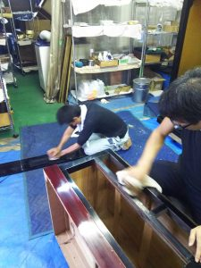 仏壇の洗浄を細部まで丁寧に行っておりますので、綺麗にしたいとお考えの方や定期的なメンテナンスを行う際は、やすらぎ工房。検索に移動 唐木仏壇(からきぶつだん)は、唐木(シタン、コクタン、タガヤサンなど)が使用された仏壇の総称。繊細な作りの仏像のクリーニングに対応している作業で、汚れや埃をしっかりと落としながら、金箔などを傷めないように丁寧に仕上げております。 急ぎで仕上げたいお客様には納期についてのご相談を承り迅速に作業を行うやすらぎ工房は、地域の皆様から仕上がりに満足のお声を頂いておりますので、長い間使っていない仏具や仏像のメンテナンスや法事の前のクリーニングをお考えの方は当社へご相談ください。仏壇をおおまかに分類したとき、金仏壇と家具調仏壇に並ぶ分類のひとつである。  サイズの表記法[編集] 仏壇や仏具は基本的に尺貫法がサイズの表記法となる。唐木仏壇の規模の表し方は、高さ×戸幅の外寸寸法が用いられる。戸幅とは、閉扉時の扉部分の全体幅である。例えば「43-18」は、高さ4尺3寸(約130cm)×戸幅1尺8寸(約54cm)を表す。土地によっては戸幅が先で高さが後に表されるところもある。このとき戸幅は全体の幅とは異なるので、同じ「43-20」でも全体は異なることがある。  たんすの上に置く小型の仏壇の規模の表し方は、総丈を号(ごう)または丈(たけ)で表す。例えば「18号」は、高さ1尺8寸(約54cm)を表し、「20号」は、高さ2尺(約60cm)を表す。仏壇の欄間のクリーニング、洗浄作業です。洗浄⇒すすぎ⇒乾燥の工程となります。仏壇本体そのままで洗浄しますと、漆のメクレ、ヒビ割れ、欠け、木地の膨張、引き出しの固着など思いがけない不具合が出る場合もありますので、当工房では必ず仏壇をバラバラに丁寧に分解してから一品一品、丁寧に洗浄作業をします。 《重要》分解せずに洗浄だけやって!とおっしゃるお客様は、後々の仕上がり不良による不満足な結果を防止するため申し訳ございませんが、ご依頼をお引き受け出来かねます。 この取り決めは、お客様を大切にする当社の姿勢を表したものです。 どうぞ、ご理解くださいませ。 ここに、当工房職人の『高い仕上がり品質でお届けしたい』という熱意が出ているのがおわかり頂けると思います。 【洗浄(クリーニング)】と【洗濯(お洗濯・洗い)】の違い 洗浄(クリーニング)⇒ ローソクや線香の油煙ヤニや頑固なホコリだけ洗い流します。洗浄液は高額ですが、全体としては大変安上がりとなります。 洗濯(お洗濯・洗い)⇒ 漆や金箔、金粉を薬品に溶かして洗い流すという意味です。最初から塗り直しし、金箔押し直し金粉蒔き直しをします。薬品(カセイソーダ)は安価ですが、全体の費用は新調するほど高額となります。 ご予算に余裕のある方向けでもあります。 欄間の洗浄前後です。左と右で違いがわかります。 当社開発の、環境に優しい特殊な洗浄液を使いました。金箔を傷めず、茶色っぽいすすやほこり等の汚れが落ちていきます。 金箔、金粉等が永年の間にこすれてはげている場合もあります。その場合は、部分補修で金箔押し直し、金粉蒔き直し等で惜しみなく本金材料を使用しながら直していきます。 金箔や金粉は、もちろん本金使用ではありますが、金価格相場の変動で施工料金が変わることもございます。 困ったことに中国が投機、投資目的で本金を買い占めるため、金価格が値上げ局面が続いていますが、お客様がご依頼下さった施工価格に反映してしまわないよう企業努力を常に致して参ります。 金仏壇内部の飾り金具は全て取り外し、本金メッキを専用工場に依頼します。所要期間は3~4週間です。 法事が1週間後に迫っている時など数日間で仕上げたい場合は、耐久性の面からあまりお勧めできませんが金箔を押す方法もあります。価格も価格一覧表で明示している金額に含まれます。 別オプショションで金粉仕上げも出来ます。 雨戸(外扉)の金具は、仏壇用の高級ウレタン塗料で塗り直すかコーティングします。昔は本漆が主流でしたが、現在の製造工法ではこのやり方がほとんどです。この作業も価格の中に含まれています。 「色戻し」と称してホームセンターで販売しているラッカーやペンキで済ませているケースもあり、ご注意願います。。 金具は金メッキを施した後、新釘で打ち込みます。金仏壇で200枚前後、多い時で350枚を打ち込みます。 ホームセンターに売っている真鍮釘ではなく、真鍮の上に金メッキを施した仏壇専用の新釘を使用しています。 仏像の洗浄クリーニングです。心を込めて永年の汚れを落としていきます。 仏像の洗浄前と後です。特殊な洗浄液でみるみるうちに輝きが復活しました。 蒔絵が傷んでいれば、別料金で描き直します。 部品を一品ずつ丁寧に洗浄や磨きの後、