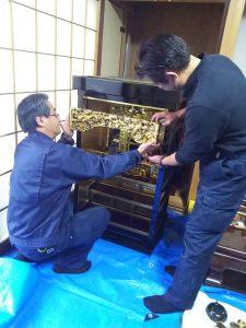お仏壇の洗い(お洗濯すること)・寺院仏具・仏像を洗浄、修理を専門としております。 傷んだ部分のみの修復から特許の泡洗浄、 また最高品質の洗い(=お洗濯:新品同様にすること)まで 幅広く承っております。  お仏壇の修理、修復、洗いに関することは何でもお気軽にご相談ください。 お見積りは無料で承ります。お客様満足度の追求 灯籠の配線交換や傷んだ部分のみの修復から、高品質でありながらお洗濯の1/2~1/4の価格の仏壇分解洗浄工法による施工、新品同様に仕上げるお洗濯(洗い)とお仏壇の修復に関して幅広く対応させていただいております。お客様のご要望を伺い、ご満足いただける品質を追求しております。 多くの実績とノウハウの蓄積 グループで仏壇施工は全国で約5,000基以上、寺院施工は全国約900ヵ寺以上の実績がございます。 良心的な価格 お仏壇の部分修復、分解洗浄、洗いとも良心的な価格設定をさせていただいていると自負しております。しかし、品質を下げることは決してありません! お客様にとって大事なお仏壇を、ご満足いただけるよう仕上げることをお約束いたします。 長期のお預かり、施工後の引越しなど柔軟に対応 お客様のご都合にあわせて柔軟に対応させていただきます。仏壇分解洗浄とは 仏壇分解洗浄工法は、お仏壇を一旦、ひとつひとつの部品に分解し、部品ごとに金箔の部分を特許工法で洗浄し、漆部分を磨きあげていきます。 使える素材はそのまま活かし、傷みが激しく修復の必要のある部分のみ、塗り直しや金箔の押し直しをおこない、元の輝きを甦らせます。  熟練の職人が時間をかけて丁寧に仕上げていきます。 詳しくは下の流れをご覧ください。 仏壇分解洗浄の流れ ①お預かり お仏壇をばらばらに分解し、時間をかけて施工しますので、基本的に全てお預かりして施工します。  (簡単な修理や修復はお客様のお宅で行うこともございます。) ②分解 【金仏壇】 隅々の汚れまで取るために、一旦お仏壇をばらばらに分解します。 ここからさらに細かい部品に分解していきます。 【唐木仏壇】 ③金具の取外しと色戻し 全ての金具を取りはずし、さびを取り、ゆがみを補正しきれいにします。 必要な場合には金メッキ、塗装などをおこないます。 ④金箔部分の泡洗浄(特許工法) 柑橘系溶剤、泡とアルコール系専用剤を使用し、金箔、木部を傷めず洗浄をします。生きている金箔はそのまま活かし、はげ落ちている部分に金箔を足していきます。(大きく剥げている箇所は金箔を押し直します。) この工法は文化財等の保存方法としても使用されています。(特許番号 第2033333号・第3437385号) ⑤漆のつや出し 漆磨き専用の薬剤を用い磨きあげます。熟練度の求められる行程です 傷みが激しい場合は塗り直します。また、必要な場合は蒔絵も復元します。 ⑥金箔押し 部分的な修復では補修しきれない金箔部分は押し直します。 ⑦障子の張り替え 時の経過とともに障子の紗(しゃ)の部分も変色したり、破れてきたりします。 新品の紗に張替えます。 ⑧金具の取り付けと組立て 金具を元通り取り付け、お仏壇を組み立て直します。その際、ゆがみなどは補正します。 ⑨仏具のお手入れ ろうそく台、香炉、仏飯器、灯ろう、りん、瓔珞(ようらく)など 仏具の多くは金属製のため、どうしても色がくすんでしまいます。専用の薬剤で磨きや洗浄をおこないます。   金メッキ 消し金メッキ 灯籠(リン灯、ローソク灯)はLEDライトの配線でお納めいたします。 LEDは長寿命、発熱が少ない、消費電力が低く省エネということがメリットです。料金体系 お洗濯を考えられている場合でも、全てを塗り直す必要のない場合がほとんどです。 私どもの仏壇分解洗浄工法でお仏壇をよみがえらせることが可能です。 残っている金箔、漆を蘇らせ、傷んだ部分を補修することで無駄なく、きれいにできます。 無駄がない分、お洗濯の1/2から1/4の金額で施工が可能です。 また、お洗濯が必要な場合やご希望の場合には、最高品質でお洗濯させていただいています。 どのような作業内容が必要か打ち合わせさせていただき、事前にしっかり確認いただきますので、必ず満足いただける仕上がりになることを保証いたします。作業内容 ・お仏壇内部洗い ・お仏壇正面洗い、つや出し ・内扉障子張替え ・外扉洗い、つや出し ・仏具洗い・つや出し ・お仏壇内部洗い ・お仏壇正面洗い、つや出し ・内扉障子張替え ・外扉洗い、つや出し ・金具色戻し ・金箔部分補修 ・仏具洗い・つや出し 別途 (必要な場合のみ) ・破損、腐食、欠損部分の修復 ・扉全体の金箔張替え ・仏壇内部全体の金箔張替え ・仏具の交換、追加 ・特殊な仏具の洗い。●無料お預かり 引越しや家のリフォーム、建て替え