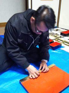 金仏壇の修理・掃除クリーニング作業工程  1.お仏壇の解体、分解、取り外し 仏壇解体、仏壇分解、仏壇取り外し金仏壇は金箔部分が多く、お手入れが非 常に難しいです。 長年のローソクの煤や線 香などで金箔はくすみ、漆は曇ってしまい ます。 洗浄には扉、天板、背板、障 子、欄間、宮殿、柱など取り外し可能なも のはすべて外していきます。 解体作業によ り、細部まで洗浄・修理ができます。   2.金具外し・金具洗浄、色もどし 障子の紗張替え、修理修復、仏壇障子張替え、仏壇障子 ひとつひとつ丁寧に釘を抜き金具を取り外します。 取り外した金具は専用の薬剤で洗浄し、 元の色艶に戻します。金具の取り外しは、 金具にキズがつかないように慎重に、すべて手作業 で行います。よって、相当の経験が必要になってきます。 お仏壇の障子の紗(しゃ)の部分も時が経つと変色したり、破れたりします。 障子の磨きとともに紗も新品に張り替えます。  3.漆部分磨き・金箔部分洗浄 金箔洗浄、金箔お掃除、金箔洗い、漆塗り、漆洗浄、漆磨きお仏壇に合わせて本体部分の洗浄はもちろん、研磨剤・洗剤を用いて漆部分を 磨きます。線香・ローソクの煤や油煙などの汚れを取り除き、本来の輝きを 取り戻します。痛みのひどい場合、傷が多い場合は修復や塗り直しをします。   金箔部分は泡洗浄で汚れを落とします。柑橘系洗剤で汚れを浮かばせ、 次に泡洗浄で汚れを取り、最後にアルコール洗浄で汚れや泡を流します。 揮発性が高いため、木部を痛めませんし、洗浄という技術は最近発案され、 特許を取得(特許番号 第2033333号・第3437385号)してある工法で洗浄します。 お申し込み・ご相談・お問い合わせは、お仏壇お掃除隊まで!050-3551-3388  4.金箔押し・修理/補修 金箔押し、修理修復 泡洗浄を済ませ剥がれている所や、洗浄で汚れが落ちなかったところなどを 金箔を貼って修復していきます。  キズや破損、汚れが落ちなかった部分を補修しています。 小さな傷は、磨きの後に目立たないように補修します。 大きな傷や凹みはパテを使用して、わからないように修復します。  5.紗(しゃ)の張替え・金具取り付け 紗の張替え、障子の張替え、金具の取り付け、修理修復、金具洗浄、仏壇金具、仏壇の紗、仏壇の障子 紗は煤などで色がくすんだり、破れたりもしています。 新しい紗に張り替えただけでお仏壇がぐっと明るくなります。 又、障子の格子が折れたり劣化している場合は修復もします。  きれいに金メッキした金具を取り付けていきます。  6.お仏壇組み立て・納品 仏壇組み立て、仏壇搬送、仏壇納品、仏壇引越し 解体・分解して綺麗になった部品を組み立てていきます。 組立にも長年の経験が必要で、金箔など繊細な部分を保護しながら 剥がれないように組み立てていきます。  仏間に綺麗におさめ、仏具を飾り、配線もいたします。お客様に 確認していただき完了となります。  唐木仏壇の修理・掃除クリーニング作業工程  1.お仏壇の解体、分解、取り外し 仏壇解体、仏壇分解、仏壇取り外し 唐木仏壇は、黒檀や紫檀など美しい木材を使用しています。 洗浄やお掃除をしないでそのままにしておくと、 その美しい木目が汚れて折角の良さが台無しです 唐木仏壇は、年月が経つと艶がなくなり、仏壇内扉の障子も汚れや内部 も彫刻の汚れ・金紙の汚れや破損が目立ってきます。 また線香・ローソクの煤や油煙などでくすんだり汚れています。  分解出来るところはすべてします。扉や障子など、唐木仏壇の多くは 解体することを前提に作られていないので、金仏壇ほど細かくは解体 できない場合もあります。しかし、出来るだけ細かく解体します。   2.唐木仏壇洗浄 障子の紗張替え、修理修復、仏壇障子張替え、仏壇障子 分解したひとつひとつを丁寧に専用の薬剤で洗浄します。 泡洗浄で汚れを落とし、ツヤがでてきます。  3.金紙の張替え 金箔洗浄、金箔お掃除、金箔洗い、漆塗り、漆洗浄、漆磨き 唐木仏壇の背板には金紙が使用されています。この金紙が汚れていると お仏壇全体が暗く見えたりします。 こちらにも線香やローソクの煤や油煙がついていますので交換が必要です。  4.紗(しゃ)の張替え 金箔押し、金箔貼り、仏壇修理、仏壇修復 紗は煤などで色がくすんだり、破れたりもしています。 新しい紗に張り替えただけでお仏壇がぐっと明るくなります。 又、障子の格子が折れたり劣化している場合は修復もします。  5.お仏壇組み立て・納品 仏壇組み立て、仏壇搬送、仏壇納品、仏壇引越し 解体・分解して綺麗になった部品を組み立てていきます。 組立にも長年の経験が必要で、金箔など繊細な部分を保護しながら 剥がれないように組み立てていきます。
