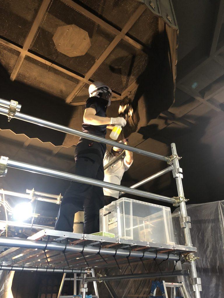 【寺院修理】欄間は彫刻ではなく、ワラビ型の欄間が入っています。昔の大阪仏壇には彫刻とワラビ型の二つの欄間が付属していて、普段用と行事用に使い分けをしていました。大阪仏壇総修理後 不良木地を修復し、堅地(漆下地)を施し、総天然漆塗りで仕上げました。以前は金箔仕上げでしたが、純金粉摺り漆仕上げに変更させて頂きました。お仏壇の内部と障子の腰板には輪島塗の螺鈿入り研ぎ出し蒔絵を施しました。また、腰板の裏側にご家紋をお入れさせて頂きました。お仏壇御修復前、漆は艶がなくなってしまっていますし、金箔も全体的にくすんで、所々剥げて黒くなっています。金具も変色しています。3種類のお見積りをご提案させて頂きましたが、現状復元の内容でご依頼賜りました。大阪型仏壇総修復後お仏壇御修復後- 天然漆を塗り替え、金箔は縁付金箔を押し替えました。金具は上品な消メッキで仕上げました。蒔絵も復元致しました。