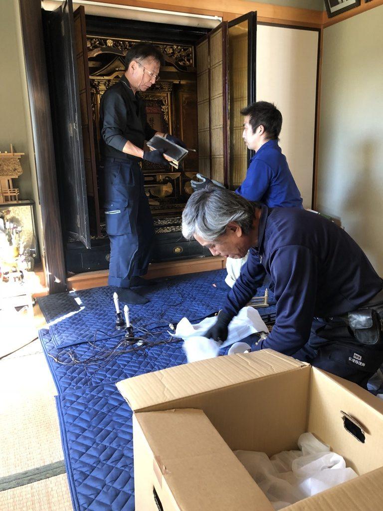 やすらぎ工房のお仏壇クリーニングは、金箔の表面の汚れを   金箔や下地を傷めず、安全性の高い特殊な洗浄剤で洗い流し、部分的に痛みの激しい部分を状況に合わせて様々な修理方法で綺麗にする工法です。伝統工法。