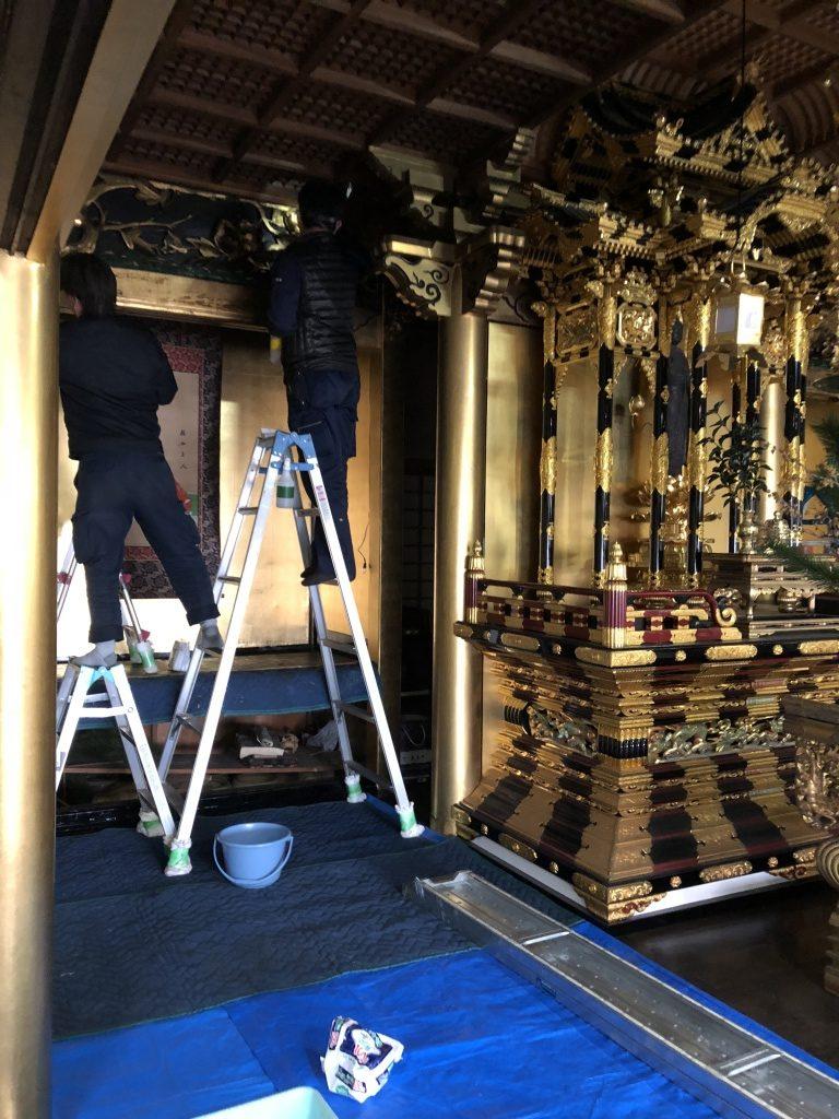 【寺院修復】お仏壇御修復前- 修復前のお仏壇の状態は、塗りは所々剥がれて、金箔も剥げたり、茶色くくすんでしまっています。全体的にゆがみも生じています。大きな阿弥陀様も台座がローソクの火で焦げていました。お仏壇の完全修復と御仏像の現状維持修復をご提案させていただきました。大阪仏壇総修復後お仏壇御修復後まず、お仏壇をバラバラに解体して、木地の痛みをチェックします。お仏壇本体もローソクの火で焦げている箇所がありました。(ほんと火事にならなくて良かったです。)痛みが大きく使えない木地は部分的に新しい木地に取替えました。痛んでいる塗りは研磨して剥がし、漆下地を使って下地を補正してから、天然漆を塗り替えました。金の部分は、お客様のご要望で金粉仕上げに変更させていただきました。漆を接着剤として純金粉を蒔きつけ、充分乾燥させてからさらに漆を摺り込んで仕上げました。上品な金色に仕上がりました。また漆を摺り込んでるので多少拭いても剥げません。
