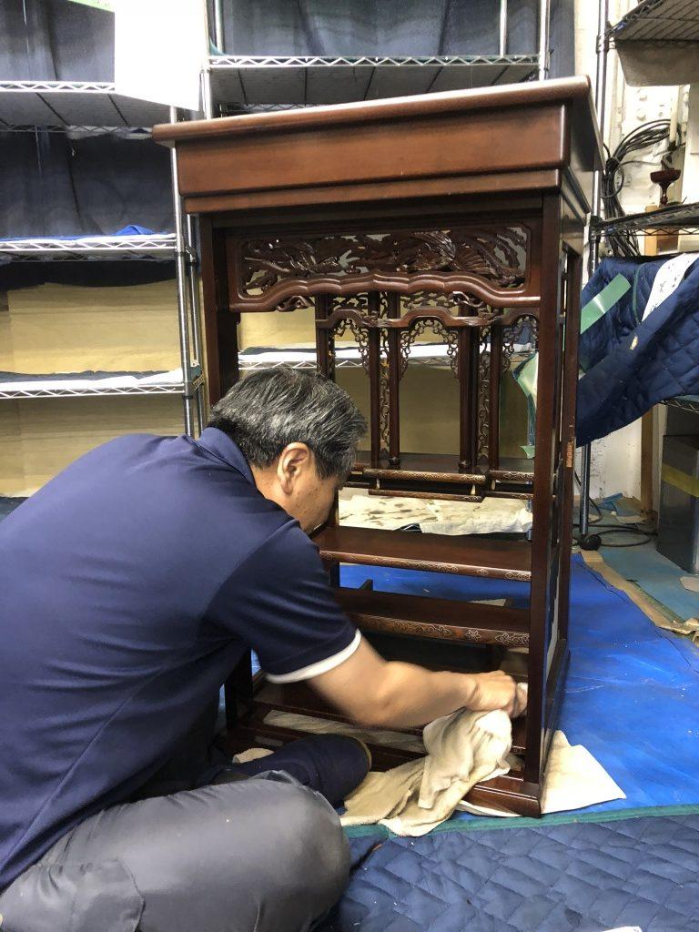唐木仏壇は、施工期間が1~3日間程度となるため、比較的ご自宅での洗浄作業が主流になる傾向になります。まず、本体から扉や分解できるところを分解していきます。そして、積もったホコリなどを小筆等を使ってきれいに除去していきます。