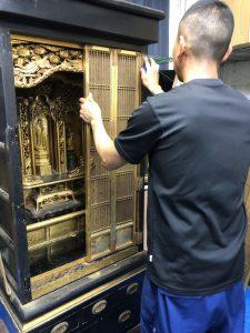 お仏壇の再生修復やすらぎ工房では、仏壇の修理・修復を承っております。障子や外扉、引出しなどの故障箇所の修理から、すす抜き、金箔のはりかえ、新品同様のリフレッシュまで、お客様のご要望に合わせて承ります。お仏壇の再生・修復の詳細は下のメニューよりご覧ください  概要 お仏壇再生プロジェクトは、長年ご使用のお仏壇を新品同様に仕上げる手法で修復します。まずは概要をご覧ください。概要へ作業工程 仏壇再生職人による仕事の一部をご紹介。今は数少なくなっている職人技で、多様な工程を丁寧に行い、隅々まで綺麗に。作業工程へ仏壇再生実績。長年の修復実績があります。実際に再生したお仏壇の修復例をご覧ください。再生実績へお見積り 仏具製作・販売・修理から始まったやすらぎ工房です。お仏壇の再生・修復に自信があります。お見積りは無料です。お見積もりへ金仏壇の簡易洗浄は、特にくすんで汚れた金の部分の汚れを落とす作業と、黒塗りの洗浄、金具の磨きを行います。 金仏壇も唐木仏壇同様、傷んでいる箇所などありましたら、一緒に補修も行うことができます。唐木仏壇の簡易洗浄は、金仏壇のようにくすんだ金が新品同様にきらびやかになるような、ハッキリとした変化はわかりにくいのですが、今までのお線香のススなどをしっかり落とすことができます。 洗浄方法は、金仏壇と同じ方法で行います。 また、この時に傷んでいる箇所がありましたら、一緒に補修も行うことができます。お仏壇の洗浄・クリーニングとは 大切なお仏壇が汚れています。 金箔がはがれ、柱や彫刻はススやほこりで真っ黒。 木地が長年の劣化で割れているところもあります。お仏壇のやすらぎ工房では、「お客様のご要望をお聞きした親切なサービス」と、職人ならではの、「安心と信頼のクリーニング」をモットーとしております。特殊洗浄剤で隅々まで綺麗に 仏壇再生職人がお仏壇を分解掃除修理リフォーム。特殊洗浄剤で隅々まで仏壇掃除リノベーションします お仏壇を綺麗にするという事はご先祖様供養になります。またお仏壇が綺麗になると心もきれいになり、家族みんながお参りしたくなるものです。ろうそくや線香等によりお仏壇は煤や油煙でくすんでいます。ましては毎日お参りされるご家庭ではなおさらでしょう。そんな汚れを落とすのが特殊洗浄剤・アルコール系洗浄剤です。木工製品であるお仏壇は湿気や水に弱く、ご自宅でお掃除するのはなかなか大変です。しかしこの特殊洗浄剤は木工部分や金箔・漆部分を傷める事なく掃除し、元の輝きを甦らせるのです。仏壇再生職人のお掃除修理リフォーム・リノベーション方法です。  仏壇の掃除リフォーム・修理リノベーション 仏壇の素材は非常にデリケートで、ご自宅でのお掃除が難しく、特に金箔部分は少し触れるだけで剥がれることもあり、細工部分も同様です。そんな繊細な素材を損なわずに、各お仏壇の特徴を踏まえ仏壇職人が本来の輝きを復活させます。仏壇は先祖代々伝わる日本の心の文化の象徴であり、汚れたからといって買い換えるものではありません。掃除リフォーム・修理リノベーションすることにより甦ります。金箔は洗浄すれば永遠に輝き、漆等も非常に硬度が高く長持ちします。唐木仏壇にしても保存状態さえよければ非常に長持ちします。古くなれば当然傷んだりしますが、漆や唐木にとって天敵と言えるのが水と直射日光です。漆・唐木があまりにも傷んだ場合は、再度その部分だけを塗り直す修理修復、また割れている場合等、パテで下地からも修理を行います。部分的に修理ができますので、料金もお手頃価格でお仏壇が甦ります。仏壇再生・仏壇掃除リフォーム・仏壇洗浄クリーニング、修理リノベーション。洗浄前と洗浄後  施主様のご自宅やお仏壇をお預かりして弊社作業場で仏壇掃除します。また、リフォーム・修理リノベーションは仏壇再生職人が作業場にて行います。施主様のご要望をお聞きしまして、施主様宅で施工することも可能ですし、お仏壇をお預かりしまして弊社作業場にて仏壇掃除クリーニング・リフォーム修理リノベーションすることも出来ます。どのような作業が必要か打ち合わせさせていただき、事前にしっかりと確認いただきますので必ず満足頂ける仕上がりになります。ただし、傷みがひどい場合等、ご自宅では出来ない場合もございます。施工前に施主様と打ち合わせをさせて頂きます。金仏壇の掃除クリーニング・リフォーム・リノベーション修理修復の施工作業内容 こんなに傷み汚れたお仏壇でも新品同様になります。金仏壇の本格的分解掃除修理の基本作業 ■分解クリーニング ■仏壇外枠・壁洗浄 ■金箔部分特殊洗浄剤で洗浄 ■金具色戻し ■漆を磨いて艶出し ■障子の紗の張り替え ■部分的に剥がれた金箔部分の補修押し ■大きな傷みは凹み等はパテで補修 お仏壇のお洗濯(リフォーム)こんな