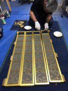 仏壇のくすみや汚れ、あきらめていませんか? あきらめていた仏壇の汚れが、独自の洗浄クリーニングでピカピカによみがえります。 しかもスピーディーでローコスト! 大阪の仏壇洗浄・仏壇クリーニングは 速くて安くて安心!専門工房のやすらぎ工房へ!  やすらぎ工房の特徴  ◆仏壇職人直営! やすらぎ工房は、仏壇を洗浄修復する事を専門にしている工房です。仏壇を洗浄修復する専門の職人が施工に従事しております。仏壇販売店舗や店舗従業員がいないので、「職人直営価格」で仏壇クリーニングや仏壇リフォーム作業をさせていただくので、とってもリーズナブルです。  ◆伝統工法+先進技術!  独自の「仏壇分解洗浄工法」だから速くて安くて安心! 一般的な仏壇クリーニングに用いられる従来工法(お洗濯工法)は、全ての漆や金箔をやり直す大がかりな施工のため、時間も予算もかかります。やすらぎ工房では、生きている漆や金箔は再生し、傷んでいる部分だけを修復するという伝統工法の良さと、最新の科学的な洗浄技術を組み合わせた独自の「仏壇分解洗浄工法」でクリーニングいたします。部品ごとに無駄なく最適な修復を行うことで、リーズナブルにスピーディーにクリーニング可能です。 また、仏壇分解洗浄工法は安全性の高い洗浄剤を用いるので、ご自宅での施工も可能。ご希望に応じて、職人が出張クリーニングいたします。表面の汚れだけでなく、裏側も含めてきれいにします。  ◆仏壇修復師が直接お見積り! 仏壇のクリーニングの方法はたくさんあります。日頃施工をしている職人が直接お見積りさせていただくことで、最適な工法を的確に判断し、料金をご提示することができます。工法により費用・期間・仕上がりが異なりますのでが、お客様一人ひとり、仏壇一台一台に合わせたご提案アドバイスをさせていただきます。  ◆預かりもOK!  お引っ越しやご自宅のリフォームなどの際の仏壇のお預かりにも対応しています。仏壇をご自宅の外に出す際は「魂抜き」が必要です。当社は魂抜きも含めて仏壇を大切に保管させていただきます。 ※仏壇クリーニングとセットなら保管料は無料です。  お見積りは無料です。 まずはお気軽にお問い合わせください! ◆電話でのお問い合わせ →フリーダイヤル 0120-700901 ◆メールでのお問い合わせ →お問い合わせフォームはこちら  【業務内容】 仏壇・仏具の洗浄 仏壇・仏具のクリーニング・お洗濯(完全修復)、仏壇の引っ越し・移動、仏壇のお預かり  【繁忙期】 ・3月(お彼岸) ・7月上旬~8月上旬(お盆) ・9月~10月上旬(彼岸) ・12月(正月前)  【対応エリア】 近畿を中心に全国対応いたします。 特に大阪府・京都府・兵庫県・奈良県・滋賀県・和歌山県エリアには迅速に対応可能です! 「四十九日に間に合わせたい」などお急ぎの方、ぜひご相談ください。  ●大阪府の迅速対応エリアの詳細はホームページをご覧ください。 →大阪「仏壇修復職人直営」やすらぎ工房の業務内容と対応地域  【会社概要】 大阪 仏壇洗浄・仏壇クリーニング・仏壇修復専門の職人直営工房。全て自社の職人が仏壇修理を行いますので 他社よりも早い、安い、安心、安全、丁寧です。 昭和の時代に造られたお仏壇は、国産の良い材料を使い職人が1つ1つ丁寧に 仕上げたお仏壇が多く、代々お祀りすることが出来るお仏壇です。 仏壇修理が出来るよう分解できるように造っています。 修理方法は、お客様とお仏壇の状態に合わせた仏壇修理方法を 担当が分かりやすく説明いたしますのでご安心下さい。お仏壇全体修理:お仏壇を細部まで分解し、金箔、金具、塗りを 剥がし、下地から造って行きます。 本体は補強し無くなっている部品は、すべて作り直します 残っている部品は修復し元に戻します(手作りの良い部品だから) 昔の物は、職人の手造りで金具も厚く手打ち金具を使用しています 彫物も職人が1つ1つ丁寧に造った貴重な物です 下塗り、中塗り、上塗り、仕上げ塗りと繰り返し塗って行き 蒔絵を復元し、金箔を押して行き、組み立て飾り金具を付けて行きます。塗りが割れてしまい下地もはげ木材が見えています。 金具も変色し全体がかなり痛んでいます。 下地から剥がし、金具も表面を磨き金箔を押して行きます。横板、背板の金箔面は、剥がし下地を造り金箔が押せる状態を造ります 金箔は、状態が悪いと付かず、傷の跡が出てしまいます。 下地が完全に乾燥したら、金箔を押して行きます。内扉の蒔絵の入った板が無くなっていました。蒔絵も痛みが激しく 修復が必要でした、無くなっている蒔絵の板を新しく復元しました。 蒔絵には、1つ1つ意味があり、並んでいる蒔絵には物語があります その物語に合わせた蒔絵を復元しています。内扉の蒔絵の入った引き出しが、壊れて