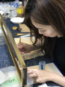"""【仏壇修理】【仏壇修復】【仏壇修理】【仏壇再生】【仏壇掃除】修理金属製仏具磨き 本場の職人が磨きますので、とてもピカピカになり大変喜ばれます。よくあるご依頼は、真鍮製具足・輪灯・おりんなどなどの磨き上げです。金メッキ・色付けを施してあったが汚れてしまったものも 再度金メッキ・色付け直しできます。ご先祖様が残された仏具を再度磨き上げ、代々引き継いでいきましょう。※深い傷、鋳物特有の小さな穴は直りません。 ※磨き直し、色上げ、金メッキ処理の場合も緑青再発生の可能性があります。 漆のつやだし 法要前にお仏壇の艶出しお掃除をします。 2年から3年間隔で""""艶出し""""をお勧めします。 """"輝き""""という漆磨き剤を使いお仏壇の漆部分(黒い塗部分)を手作業で磨き上げます。引き出し・表扉・お仏壇の中の段部分を分解せずに現地でできる範囲で磨き掃除を行います。 1時間単位の作業料金になります。 金箔の補修 間違えて金箔を雑巾で拭いてしまった。ちょっと金箔が剥げてきた…。という場合に現地で金箔を押します。 部分修理なので金箔の色は合いませんが、簡単な修理でOKという場合に向いています。 金箔一枚からでも押します。 キズ補修 金物仏具を不意に「ゴツン」と落としてお仏壇にキズを付けてしまった。そういう時のキズを目立ちにくくします。大掛かりことまではちょっと…という場合に向いています。 扉の建付調整 お仏壇は木製ですので時間が経つにつれて扉は自重で下がったりします。また木は生き物ですので扉がねじれることもあります。 そういう時は扉を吊り直す、調整し直すという方法を御提案します。扉の建付調整 お仏壇は木製ですので時間が経つにつれて扉は自重で下がったりします。また木は生き物ですので扉がねじれることもあります。そういう時は扉を吊り直す、調整し直すという方法を御提案します。扉の金箔押し直し お仏壇が古くなって。でもお仏壇の洗濯・修復まではちょっと考えていないなぁという時に お仏壇の扉のみ金箔をすべて押し直す方法です。これだけでも見違えるようになります。この場合は扉をお仏壇から外し、やすらぎ工房に持ち帰りで金箔を押し直しします。期間は1ヶ月程。 障子の張り替え ネズミに障子をかじられた。長年使っていると障子に穴が開いてしまった。障子が折れてしまっているという場合に簡単な部分修理の「障子張替え」はいかがですか? 1枚からでも障子の桟の交換、障子の張り直しいたします。仏壇修理の費用は、使用する外壁材・塗装材や施工方法など、ご希望される仏壇修理の内容、及び現状の設備状況などの諸条件によって変わります。仏壇修理のポイント仏壇も、経年劣化などにより、不具合が起こります。例えば、仏壇の彫刻が欠けていたり、金具が傷んでいたり、障子の桟が折れていたり、扉が閉まらなかったり、金箔がうす黒くすすけていたり、漆がはげていたりなどで、こうなるとどうしても気になってしまうものです。このような仏壇の症状はすべて修復することができます。また、仏壇を置いてから40年以上経っているのなら、修復どきといえるでしょう。そんなときには、仏壇の全体修理がお勧めです。修理の工程の一例を挙げると、まず仏壇を細部まで分解して金箔や金具、塗りなどを剥がした後、下地から造っていきます。部品がなくなっている箇所があれば、補強して、作り直すことになります。最終的には下塗り、中塗り、上塗り、仕上げ塗りと塗りを重ねた後、蒔絵の復元、金箔を押すなどを施し、組み立て飾り金具を装着します。こうして古びた仏壇も金の美しい仏壇に生まれ変わります。くすみや汚れは気になるけれど、金箔にはがれなどは見られないという仏壇には、クリーニングがお勧めです。金箔用の特殊洗剤を用いて汚れを溶かして洗浄し、きれいにする方法です。 仏壇は、ご先祖様を供養するための大切なものなので、安心して任せられる仏壇の修復・クリーニング専門の業者さんに依頼したいものです。複数の業者さんに相談して見積もりをとり、よく比較検討するようにしましょう。後世に残したい、大切なもの 愛着ある大切なお仏壇・仏具 あなたは大切な子供や孫に何を残せますか? 一番大切なのは、感謝の心を伝えていくことではないかと、私たちは考えます。ご先祖様に感謝し供養するために、欠かせないものがお仏壇です。何十年とお参りしてきたお仏壇には、それぞれの家族の思いが込められております。お仏壇は、家族の歴史を物語る家の宝です。私どもにとりましてお仏壇修復の仕事は、感謝供養という日本人の豊かな心を、次世代まで残すためのお手伝いなのです。熟練の職人の技で蘇らせますお仏壇や仏具の修繕、大変難しい作業です。状態を確認し、どのような工程が必要か、素材は何か。そしてそれらを元の状態に近づくよう加工し、仕上げる為には長年培われてき"""