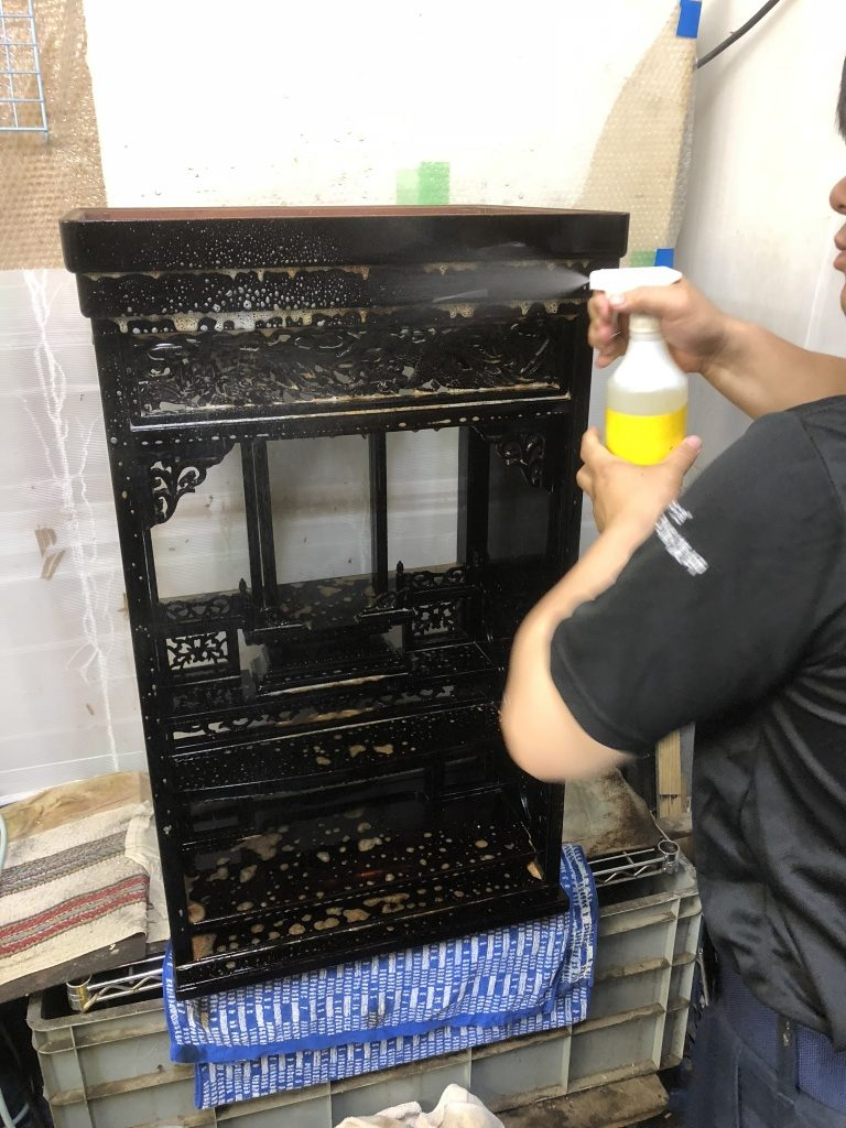 唐木仏壇表面の汚れがきれいに落ちたら、透き漆をまんべんなく丁寧に塗り重ねていきます。これは、艶のなくなったお仏壇に輝きを持たせるだけでなく、塗装膜をさらに作ることにより今後の利用の表面強度を上げ、長持ちするための大事な作業になります。