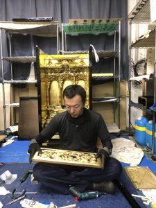 信頼ある技術は、日本の伝統技術と最先端化学工法を取り入れ、ご先祖様を敬い、大切にしてきたお仏壇を心をこめて 綺麗な輝きのあるお仏壇へとお姿を戻し、お子様やお孫さまへと受け継いで頂きたい。それが日本人のもつ素晴らしい心の文化です。 当店がお手頃な価格でお仏壇を修理・お掃除出来るのは、金箔や漆などまだまだ使える部分はそのまま生かして、 剥がれている部分だけを修理修復して仕上げていくからです。 熟練した職人が卓越した技術、技能で手間をかけ、本来の素材を生かしながら、お仏壇の修理・お掃除を施工します。  お仏壇のお手入れ方法で、お洗濯や洗浄・クリーニング等の違いは? お仏壇のお手入れ方法で修理修復・掃除とお洗濯や洗浄クリーニングの違い お仏壇のお掃除の仕方には様々な呼び方があります。 当店のホームページにもお仏壇の修理修復から、お仏壇洗浄・お洗濯(洗い)・仏壇クリーニング・仏壇掃除と様々な呼び方でお掃除の方法が登場します。 日本全国地域によって呼び方が変わる事もありますが、仏壇修理は共通して言えることで傷んでいるところを部分的に直します。他は大きく分けて二つに分かれます。 一般的に新品の形に修復することをお洗濯(洗い)や塗り替えと言います。これはお仏壇の下地から塗り直して漆を塗り、金箔もすべて張替えます。 もう一方の仏壇洗浄や仏壇クリーニングというのは、現状の漆や金箔をそのままに汚れを綺麗にする工法です。  部分的なお仏壇の修理・修復だからお手頃価格で仏壇のお掃除が出来る。 仏壇洗浄掃除・洗濯・修理修復クリーニングの料金、仏壇引越し廃棄処分の費用とその料金価格  お仏壇の昔ながらの伝統工法といえばお洗濯(洗い)といい、漆・下地まで全てを塗り替え、 金箔も完全に押し直すお掃除方法です。 下地・漆・金箔と多くの工程があるお洗濯(洗い)は、全ての工程でそれぞれの職人が作業を行い、2ケ月~3か月をかけて新品同様に仕上げていきます。 その費用(価格)はご想像の通りかなりの高額となります。 当店でのお仏壇の修理・お掃除方法は、金箔や漆等傷んでいる部分は部分的な修理修復のみを行います。またお仏壇の煤やホコリの汚れのお掃除は、 隅々まで綺麗に磨けるように小さな部品まで分解して取り外し、部品ごとにお手入れを行っていきます。 全面的に下地からやり直すのではなく、部分的に修理するだけなので、お手頃な価格で以前の輝きが甦るのです。 もちろん作業の工程(品質)を下げるようなことは決してありませんし、昔ながらの伝統技術と最先端科学工法を取り入れた技術だからこそ可能にした低価格なのです。 料金を抑えながらご満足いただける作業を可能にした泡洗浄クリーニングなら、 納得いただける部分修復・分解洗浄ができます。また、お客様のご予算ご要望に応じた仏壇の掃除の仕方で修理や洗浄も可能です。 お気軽にお問い合わせください。 お仏壇の洗浄クリーニングは一般の洗剤は使わない。特殊な洗剤を使用します。 お仏壇の修理やお掃除方法は特殊な洗剤を使い、一般の洗剤は使わない お仏壇のお掃除の仕方は結構特殊なんです。 お仏壇は基本的に木工製品ですから直射日光や湿気に非常に弱いです。また、彫刻部分の細工が細かく、金箔仕上げの部分も非常に薄くデリケートです。 ですから専用の洗剤を使うことになるのですが、間違っても一般的に販売されている洗剤でのお掃除はお止めください。そのような洗剤を使うと、 金箔部分や木工部で変色したり剥がれたりする原因となります。専用洗剤でお仏壇の洗浄をしましても、残念ながら金箔が剥がれていたりするお仏壇も 中にはあります。そのような場合は部分的に金箔を張り替える修理修復をご提案させていただきます。  各宗派の仏像・仏具、お仏壇の修理・お掃除に採用された技術。 寺院や各宗派のお仏壇の洗浄掃除・修理修復洗濯を出張クリーニング  多くの実績と熟練した技術・ノウハウを蓄積。浄土真宗・曹洞宗・日蓮宗・真言宗・天台宗・浄土宗の寺院様施工実績 北海道から鹿児島、海外ではハワイでも寺院の施工をしている安心の技術で、天台宗、真言宗、曹洞宗、臨済宗、日蓮宗、浄土宗、浄土真宗本願寺派、 真宗大谷派等、各宗派の仏像・仏具・お仏壇の修理修復・お洗濯(洗い)・お掃除をしています。。 出来るだけ安くお手頃な価格から、新品同様にまで塗り直し(お洗濯・洗い)など、ご住職様のご要望を伺い施工致します。 伝統技術と現代の最先端科学工法を組み合わせた特許技術を使い、 仏壇施工は全国で約6,000基以上、寺院施工は全国約1000寺以上の仏像・仏具の修理修復に採用されてきました。  お仏壇の移動には、細心の注意を払って運ぶ必要があります。お仏壇の引越し・お仏壇の処分はお仏壇専門業者の当店にお任せ下さい。 費用の料金価格は