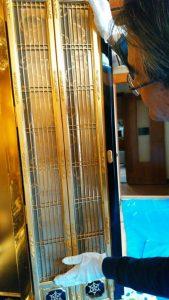 【仏壇洗浄】金仏壇の修理 金仏壇の修理は、「すすぬき」や「お洗濯」とよばれることがあります。文字通り、金箔などについた長年の汚れを「お洗濯」を行い、金本来が持つ美しい輝きがよみがえります。可能な部分は全て分解し、徹底的に汚れを落とします。位牌の修理 金箔の剥げや、札板の破損など症状にあわせて修繕いたします。お仏像の修理 金箔の剥げや、破損、色落ちなど症状にあわせて修繕いたします。その他仏具の修理 花立から水漏れがする、念珠の房が切れた・・等、その他さまざまな内容の修理が可能です。どのような内容でもご対応いたしますので、お気軽にお問い合わせください。