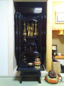 仏壇には細かい仏具が多く供えられていますが、どの仏具がどの位置に置かれていたかをすぐに確認するためです。 仏壇を移動する前には、住職に「魂抜き」・「閉眼法要」・「精抜き」と呼ばれる供養をしてもらいましょう。 呼び方は宗派により異なりますが、基本的に仏壇の移動はこの供養の後に行わなければいけないからです。 ここからは、仏壇の引越しの際に必要な供養の方法について紹介していきます。 仏壇の引っ越し時におこなう供養 仏壇の引越しや移動をする前後には、やっておかなければいけない供養があります。 仏壇の供養は下記の通り、旧居と新居の両方で行います。 供養を行う場所 行う供養 旧居 魂抜き 新居 魂入れ 旧居で行う「魂抜き」は、仏壇の中にあるご先祖様の魂を仏壇から抜き、仏壇を「参拝対象」から「モノ」にする供養です。 引越し前に行うこともできるので、住職に供養する日や準備しておくものを相談しておきましょう。 新居で行う「魂入れ」は、魂抜きの逆で、ご先祖様の魂を仏壇に入れて、仏壇を「モノ」から「参拝対象」にする供養です。 引越す1ヵ月前から引越し後までの供養の流れを以下にまとめましたので、参考にしてください。 1ヶ月前 お寺の僧侶に魂抜きの依頼をする 1週間前~前日 僧侶に魂抜きをしてもらう 引越し後 僧侶に魂入れをしてもらう 引越し当日は、仏壇は全ての荷物を家から出し終えた後で、一番最後に家から運び出します。 逆に新居に入れるときは、他の荷物を入れる前、一番最初に家に搬入しましょう。