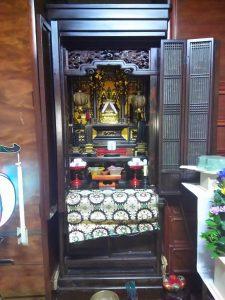 普段、お仏壇は押入れの横などにあって、奥行きについては意識していないかもしれませんが、意外と奥行きもあるものです。 先祖代々から伝わる立派なお仏壇の場合、冷蔵庫やタンス以上にサイズが大きくて動かせないものもあります。 家によっては、そのような大きなサイズのお仏壇が二階にあるケースも見られ、仏壇を移動させるよりも、新居に新しくお仏壇を作ったほうが良い場合もあります。 部屋のドアのサイズよりもお仏壇のほうが大きかったり、古くなっていて動かすだけで壊れてしまいそうな場合には、今あるお仏壇を新居に持っていくのではなく、仏様に新居で新しいお仏壇に入っていただくという方法も考えてみましょう。また、新居のドアのサイズも測っておきましょう。大抵が、押入れの場所を改造してお仏壇が入る場所を作ることになりますが、サイズによって押入れの中板を使用できる場合と、押入れの中板も外さないと入らない場合があります。どのように新居に仏壇を入れるかも、よく考えてから引越し計画を立てましょう。仏壇の移動方法を決める自分でやる場合  お仏壇の引越しで、一番良いのが家族自身で移動させることです。「魂抜き」と「魂入れ」さえ、家の宗派のお寺のご住職に行っていただければ、自分たちで行っても失礼にはなりません。引越し業者では、荷物の持ち運びに慣れているとは言っても、仏様とは知り合いではないので気持ちはどうしても入りにくいものです。もしも引越し業者がお仏壇を壊してしまった場合、家具が壊されてしまったケースとは別に、家族の気持ちも後味悪いものになってしまいます。 せっかく新しい家に住むのに、幸先が悪いスタートにもなりかねません。うっかり落としたり、ぶつけたりする可能性は、自分たちで移動させた場合もあります。 そのリスクをどう考えるかは、仏壇のサイズや重さとあわせてご家族で相談してください。