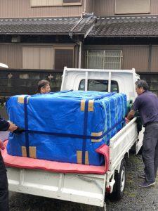 大阪市内の仏壇運送料金(税込)  小型仏壇は6480~。 中型仏壇は9720~。 大型12960~となります。 (引用:名古屋赤帽べんてん運送) このように記載されていましたが、赤帽は基本的にドライバー(作業員)1名なので積み下ろしなどを手伝う必要があります。(手伝えない場合は1名追加で6480円~10800円増しと記載されていました) ただ、赤帽の料金が引越し業者の仏壇運搬費用の目安になるとも限りませんので、やはり見積もりの際に確認してみるしかないと思います なお、仏壇引越しを専門としている業者(後述紹介しています)の料金は、距離と仏壇の大きさや細工などのグレードによって異なりますが、引越し業者よりかなり高いのが一般的です(50000円~100000円以上)。 また、自分の手で仏壇を運ぶならお坊さんへのお布施・お車代に、梱包材費用とガソリン代(車がなければレンタカー代も)となります。 仏壇引越しの注意点 仏壇引越しの注意点やポイントをまとめてみました。 業者選び 前述の通り引越し業者が仏壇の引越しを引き受けるかどうかは、対応支店に直接問い合わせなければわかりません。 また、仏壇は壊れやすい、デリケートな「美術品」とも言えますが、専門知識の無い引越し業者がどのように取り扱うかも、確認してみなければわかりません(元通りに設置が可能か、仏具、漆器、金物、金箔の取扱いに慣れているか等)。 その意味では、仏壇引越し専門業者は、仏壇の取扱いに精通していますので、預けて安心と言えるでしょう。 ただし、100㎞以内でも5~10万円程度支払う覚悟が必要。全国展開しているような業者は少なく、その業者の所在地から遠距離になるほど、移送料金も高額になっていたりします。