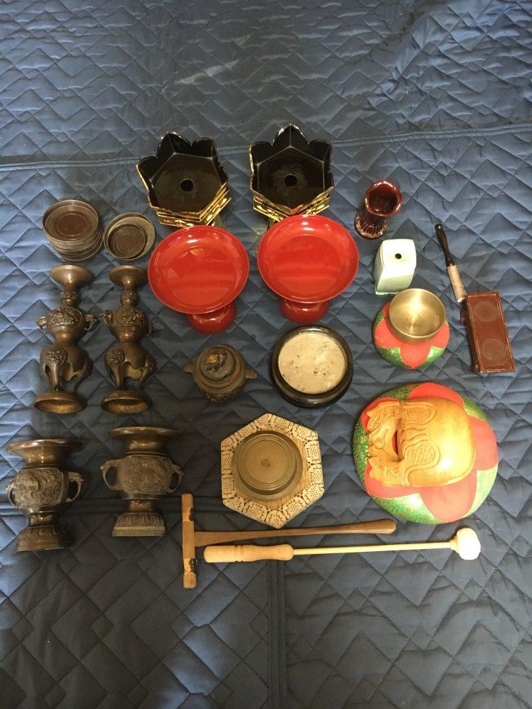 仏壇修理.やすらぎ工房では部分的に金箔の張替えをしたいという声に応えるために金箔張替えは1枚単位から承っております。ススで黒ずんでしまったお仏壇全体を特殊な洗浄剤を用いて、キレイにクリーニングを行います。ご先祖から受け継がれる仏壇をそのままに、お仏壇がキレイに生まれ変わります。代々から受け継がれる数十年前のお仏壇、大切に大切に扱っているけどもススで汚れてきたり、金箔が剥がれたり、蒔絵が薄くなってきたりしてしまうものです。お仏壇全修復のプランでは破損部分の修理に始まり、金箔の貼替え、クリーニング、蒔絵の書き直しまで、お仏壇を分解して隅々まで丁寧に仕上げます。日々お使いのお仏壇で「引き出しがいっぱいあったらいいのにな」や「電気はLEDだったらいいのに」などお困りのことはありませんか?仏壇修理やすらぎ工房ではそういった声にお応えするための仏壇リメイクも行っております。